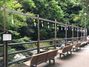 河津七滝の道中にあるベンチと風鈴