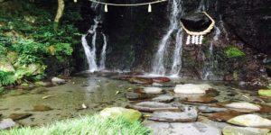 温泉から見た滝の流れ