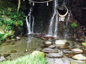 滝の水が流れる庭の景色