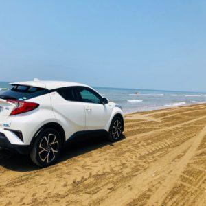 海に佇む車