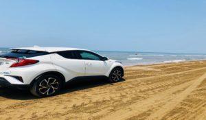 海岸に佇む車