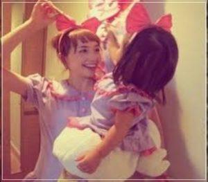 豊田エリーと娘が遊んでいる写真